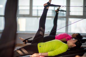 פיזיותרפיסטים מטפלים באמצעות פילאטיס לשיקום התפקוד